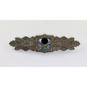 Nahkampfspange in Bronze, Hst. A.G.M.u.K., blaue Platte, goldene Nadel (!)