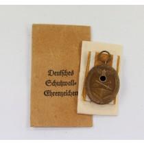 Deutsches Schutzwall-Ehrenzeichen, in Verleihungstüte Deschler & Sohn
