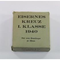 Grüner (!) Umkarton Eisernes Kreuz 1. Klasse 1940 (!), Gebr. Godet & Co. Berlin W 8 (!)