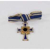 Miniatur Mutterkreuz in Gold an Schleife