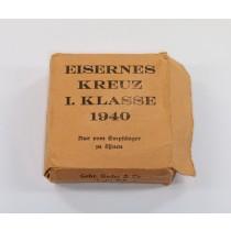Oranger (!) Umkarton Eisernes Kreuz 1. Klasse 1940, Gebr. Godet & Co. Berlin (!)