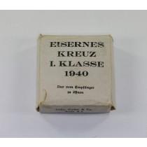 Weißer Umkarton Eisernes Kreuz 1. Klasse 1940 (!), Fehldruck (!), Gebr. Godet & Co. berlin W 8 Charlottenstraße 55
