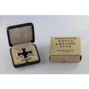 Eisernes Kreuz 1. Klasse 1939, Hst. 100, im Etui mit Umkarton