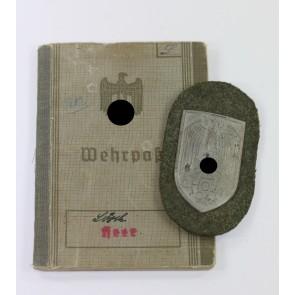 """Cholmschild auf Heeresstoff, """"Short M"""" mit Wehrpaß, """"Georg Lösch"""""""