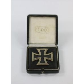 Eisernes Kreuz 1. Klasse 1914, in der Form von 1939, Hst. L/57, an Schraubscheine, im LDO Etui