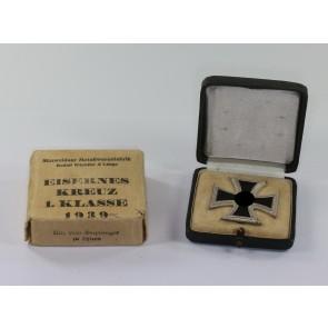 Eisernes Kreuz 1. Klasse 1939, Hst. 100, im Etui mit Umkarton Mittweidaer Metallwarenfabrik Rudolf Wächtler & Lange