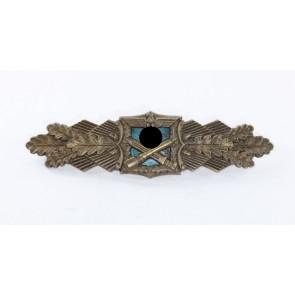 Nahkampfspange in Bronze, Hst. A.G.M.u.K., blaue Platte (!)