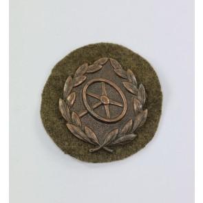 Kraftfahrerbewährungsabzeichen in Bronze auf Heeresstoff