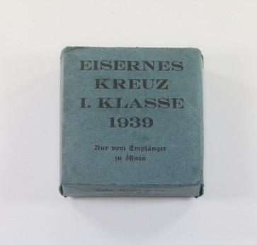 Blauer (!) Umkarton Eisernes Kreuz 1. Klasse 1939, Gebr. Godet & Co. Berlin  (!) - Militaria-Berlin