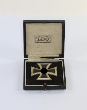 Eisernes Kreuz 1. Klasse 1939, Hst. L/57, an Schraubscheine (!), im LDO Etui - Militaria-Berlin