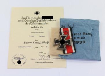 """Eisernes Kreuz 2. Klasse 1939, Variante mit der runden """"3"""", Deschler, in Verleihungstüte Deschler & Sohn München, mit zugehöriger Urkunde - Militaria-Berlin"""